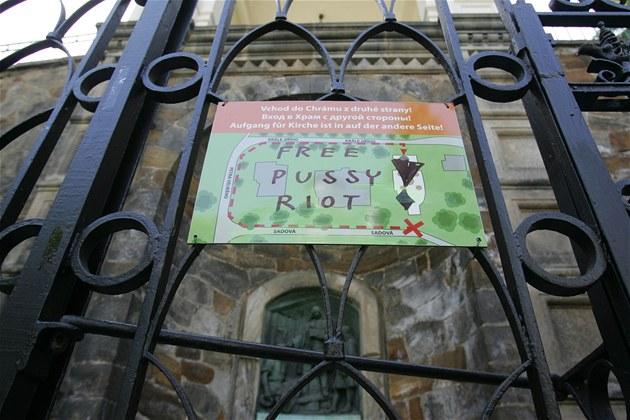 Jeden z nápis� Free Pussy Riot se objevil na informa�ní tabuli umíst�né na