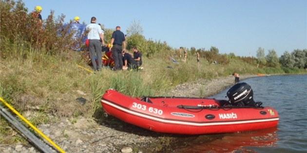 Záchraná�i o�ivují patnáctiletého chlapce, který se tém�� hodinu topil pod