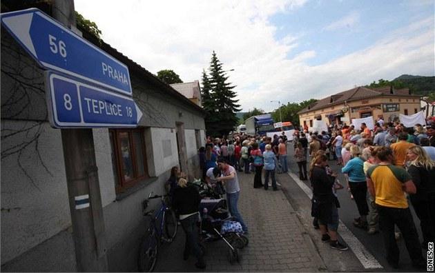 Obyvatelé Velemína protestují proti váznoucí dostavb� dálnice D8.  (23. 6. 2010)