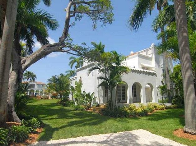 Luxusní nemovitost má typické znaky stavby v Palm Beach: �isté linie, klenuté...