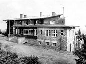 BEZRUČOVA CHATA. Původní Bezručova chata, která v roce 1978 vyhořela. Novou chatu staví Klub českých turistů na přesně stejném místě a respektuje i její původní architektonické řešení.