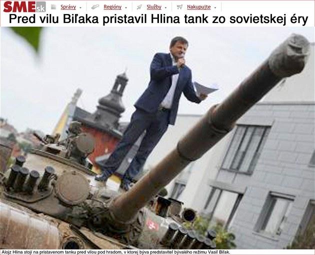 Slovenský poslanec Alojz Hlina stojí na tanku, který nechal zaparkovat p�ed