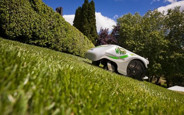 Robotické seka�ky zvládají b�né sklony terénu.
