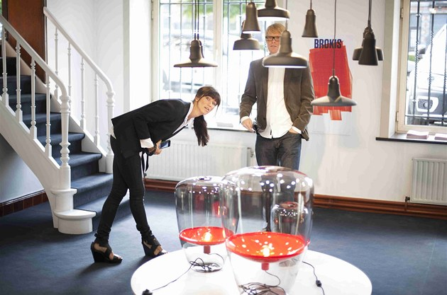 Lucie Koldová je�t� kontroluje instalaci svítidel. Vpravo �éfdesignér