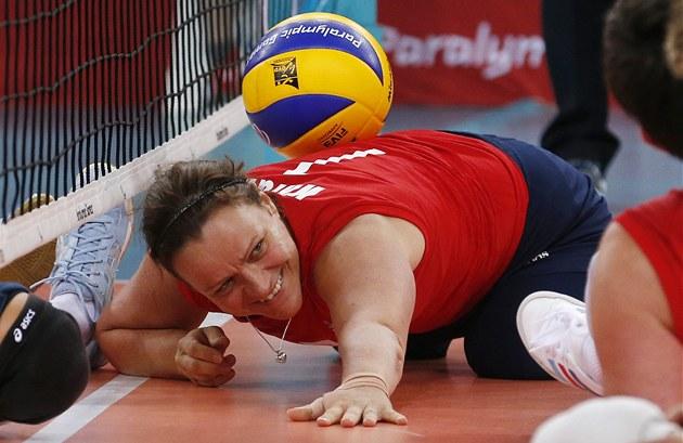 Martine Wrightová v zápase paralympijského turnaje sedících volejbalistek.