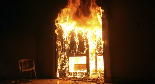 Vypálený konzulát USA v libyjském Benghází (12. zá�í 2012)