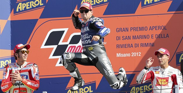 JE MU DO SKOKU. Jorge Lorenzo na stupn&#237;ch v&#237;tz slav&#237; v&#237;tzstv&#237; ve Velk&#233; cen
