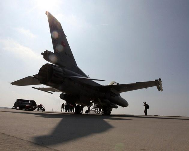 Stíhací letoun F - 16 p�i p�ípravách na start