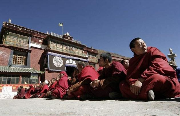 Tibet�tí mni�i sedí p�ed klá�terem Tsubu v tibetské metropoli Lhasa. (16. �íjna