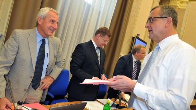 Ministr zdravotnictví Leo� Heger a financí Miroslav Kalousek na jednání vlády