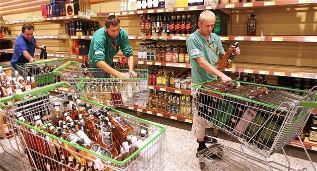 Zam�stnanci prodejny Globus na pra�ském Zli�ín� vyklízejí z regálu lahve...