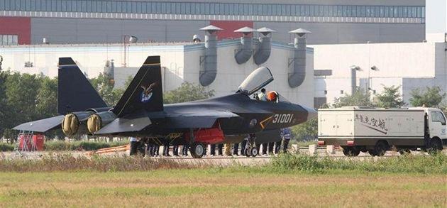 Nová �ínská stealth stíha�ka J-31 jakoby z oka vypadla americkému raptoru F-22.