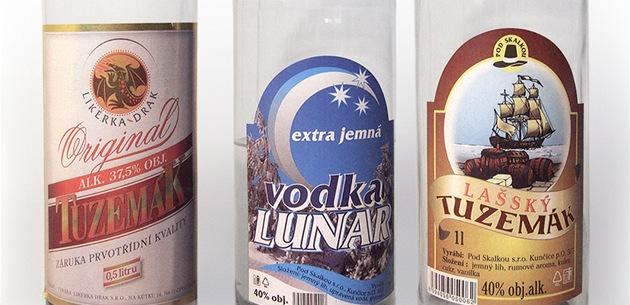 Etikety lahví, které policisté na�li u lidí, kte�í se otrávili metylalkoholem....