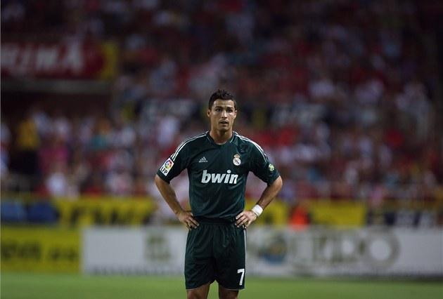 ZKLAMÁNÍ. Cristiano Ronaldo z Realu Madrid je po dal�í porá�ce zklamaný.