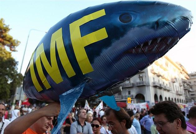�ekové protestují v Soluni proti dal�ím úsporným opat�ením. Nad hlavami se jim