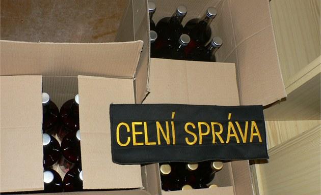 Krabice s neozna�enými lahvemi lihoviny bez kolk�, které na�li v pond�lí
