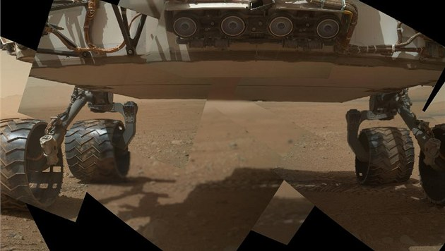 První záb�r na podvozek Curiosity na Marsu z 9. zá�í 2012. Naho�e je �tve�ice...