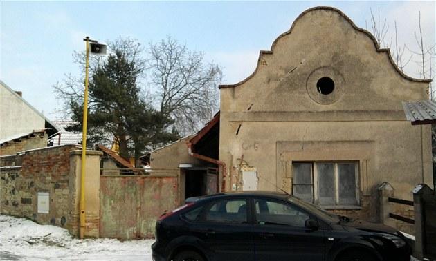 Chalupa s jedine�ným, jakoby selsko-barokním �títem ve Ctin�vsi byla láskou na...