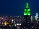 """No�ní pohled z """"Top of The Rock"""" na nasvícenou �pi�ku Empire State Building."""