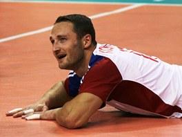 TO BYLO TĚSNĚ. Český volejbalista David Konečný a jeho úsměv po nepovedeném zákroku v poli.