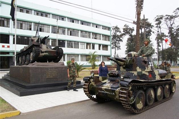 Tank, který dorazil do �eska, je�t� nedávno slou�il jako pomník p�ed kasárnami