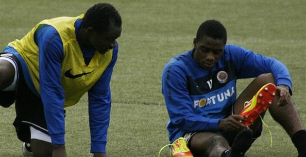 Tiemoko Konate (vpravo) na spar�anském tréninku.
