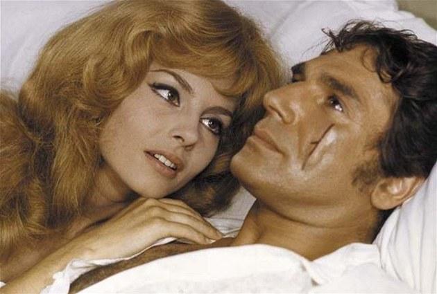 Michele Mercierovou a Roberta Hosseina (na snímku) nahradí v nové verzi herci Nora Arnezederová a Gérard Lanvin.