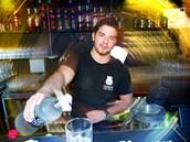 Barman Michal z pra�ského klubu Dog�s Bollocks nalévá ruskou vodku s �ar�í z