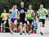 B�ecký závod Run Tour 2012. Hromadný b�h m�stem.