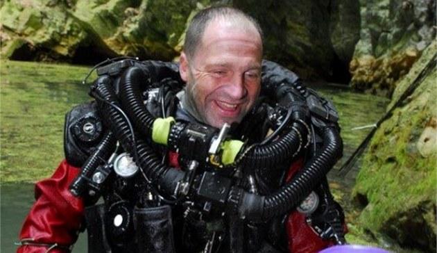 �len týmu potáp��� hranických speleolog� Krzysztof Starnawski, který se v