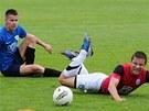 V juniorské lize nastupují i hráči, která v ligovém týmu nedostávají tolik příležitostí nebo se potřebují rozehrát po zranění. Na snímku boleslavský Martin Fillo (vpravo) v souboji s Jindřichem Rosůlkem z Táborska.