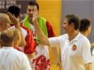 Jind�ichohrade�t� basketbalist� slav� v�hru. Hlavn� tren�r Karel Forejt se zdrav� se sv�mi hr��i.