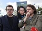 Filmaři Vít Klusák (vlevo) a Filip Remunda při happeningu na podporu kreslíře tykadel Romana Smetany