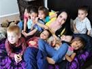Nadya Sulemanová s dětmi v novém domě v Kalifornii