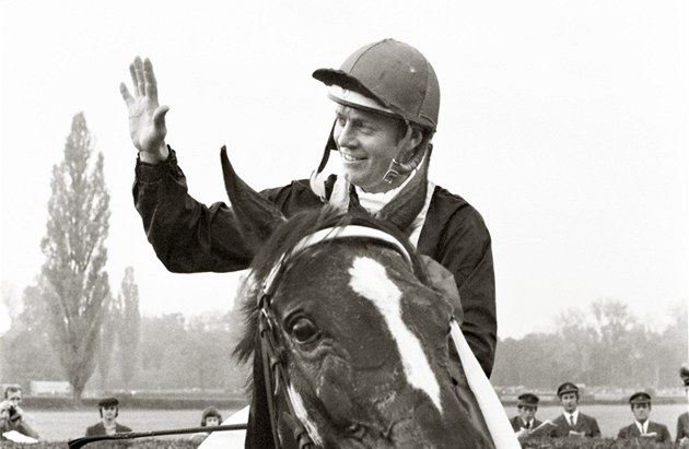 �okej Ji�í Chaloupka na koni Legenda poté, co zvít�zil ve Velké pardubické (14.