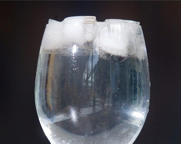 Naplň sklenici vodou a dej do ní kostky ledu.