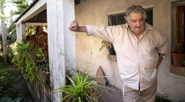 José Mujica �ije na skromné farm� nedaleko Montevidea. Víc prý k �ivotu