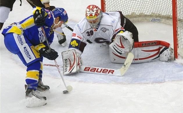 49 ST�EL pochytal Michal Neuvirth na led� Zlína. Na snímku zasahuje spar�anský