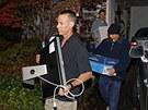 Agenti FBI vyn�� v�ci zabaven� v dom� Pauly Broadwellov� (12. listopadu 2012)
