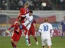 VYSOKO NAD ZEMÍ. Reprezentační nováček Tomáš Kalas přehlavičkoval v souboji Slováka Michala Ďuriše.