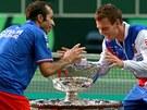 OSLAVY VÍTĚZSTVÍ. Čeští tenisté Tomáš Berdych (vpravo) a Radek Štěpánek se slavnou trofejí.
