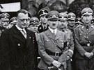 Fotka z obsazen� Rakouska, kde jsou nacistick� �pi�ky. Arthur Seyss-Inquart je jedin� v civilu. D�le jsou na sn�mku vedle Seyss-Inquarta zleva Martin Bormann, Ernst Kalterbrunner, Adolf Hitler, Heinrich Himmler a �pln� vpravo Reinhard Heydrich. Seyss-Inquart byl v civilu proto, �e byl rakousk�m kancl��em.