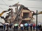 D�m uprost�ed ��nsk� d�lnice, jeho� majitel� se odm�tali vyst�hovat, byl nakonec zbour�n.