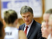 Ivan Bene� na lavi�ce strakonických basketbalistek.