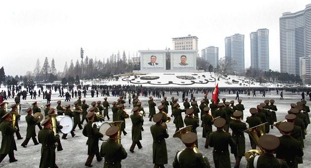 Severokorejci oslavují úsp�ný start rakety Unha-3 (14. prosince 2012)