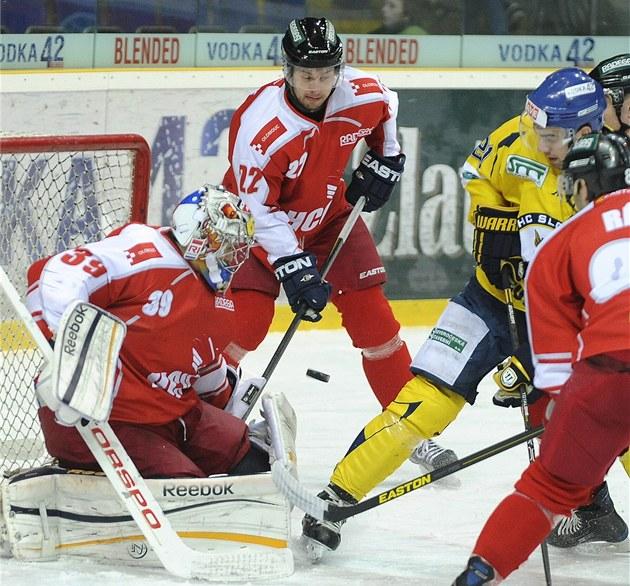 Momentka z prvoligového duelu mezi hokejisty Olomouce (v �erveném) a Ústí nad