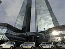 N�me�n� policist� prohledali ve st�edu s�dlo Deutsche bank (12. prosince 2012)