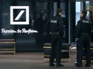 N�me�t� policist� prohledali ve st�edu s�dlo Deutsche bank. (12. prosince 2012)