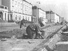 Pokládání dlažby chodníku na Nábřežní ulici - konec 50. let.
