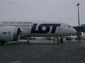 Boeing 787 Dreamliner v barvách aerolinek LOT právě přistál v Praze.